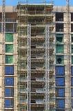 wysoki nowożytny multistory budynek mieszkaniowy w budowie z rusztowania i dźwignika ramami pod niebieskim niebem obrazy royalty free
