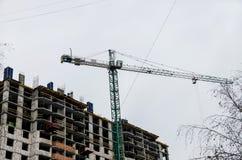 Wysoki podnośny żuraw podczas budowy fotografia royalty free