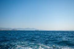 Wysoki prędkość jacht w morzu, niebieskim niebie i górach na tle, Zadziwiający widok na drogich luksusowych jachtów sunięciach na obraz royalty free