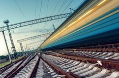 Wysoki prędkość pociąg pasażerski na śladach z ruch plamy skutkiem Zdjęcia Stock
