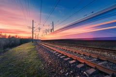 Wysoki prędkość pociąg pasażerski w ruchu na linii kolejowej Zdjęcia Royalty Free