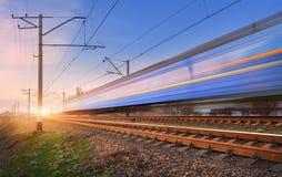 Wysoki prędkość pociąg pasażerski w ruchu na linii kolejowej Zdjęcie Stock