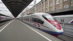 Wysoki prędkość pociąg przy stacją zdjęcie wideo