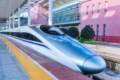 Wysoki prędkość pociąg przy stacją kolejową fotografia stock