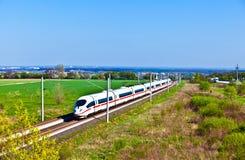 Wysoki prędkość pociąg w otwartym terenie fotografia royalty free