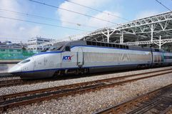Wysoki prędkości KTX pociska pociąg przy Seul stacją w Południowym Korea zdjęcie stock
