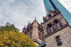 Wysoki szklany drapacz chmur i dziejowy budynek w Boston centrum miasta fotografia royalty free