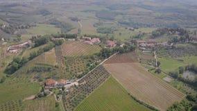 Wysoki widok od trutnia góry wioska w Włochy w pogodnej pogodzie w lecie, wytwórnia win i oliwa z oliwek domowych produkcjach, zbiory