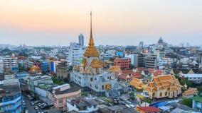 Wysoki widok Wat Traimitr Withayaram w zmierzchu czasie zbiory