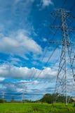 Wysoki woltaż elektryczności pilon na confield moutain i Obraz Stock
