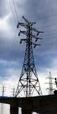 Wysoki woltaż elektryczności pilon na tle niebo zdjęcia royalty free