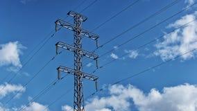 Wysoki woltażu przekazu wierza, elektryczność pilon na nieba tle, czasu upływ zbiory