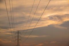 Wysoki woltażu wierza elektryczny słup na mrocznym niebie Obrazy Stock