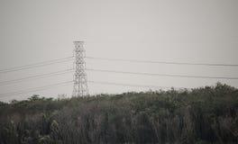 Wysoki woltażu wierza z długim kabla drutem na górze w zmierzchu czasu niebie Zdjęcie Royalty Free