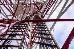 Wysoki woltażu wierza z związanymi horyzontalnymi pionowo diagonalnymi metali pilonami Fotografia Royalty Free