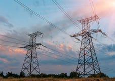 Wysoki woltażu zasilania elektrycznego stali wierza w położenia słońcu, zbliżenie fotografia Obrazy Stock