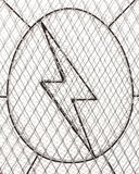 Wysoki woltażu znak, szyldowy niebezpieczeństwo z Chainlink Szermierczą siatką Obraz Stock