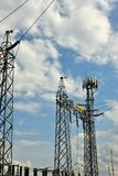Wysoki woltaż Elektryczny Tranformer z niebieskim niebem obrazy royalty free