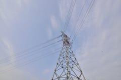 Wysoki woltażu zasilania elektrycznego wierza pod niebieskim niebem Obraz Royalty Free