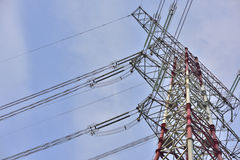 Wysoki woltażu zasilania elektrycznego wierza pod niebieskim niebem Obrazy Stock