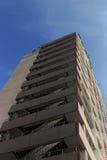 Wysoki wzrosta kondominium przeciw niebieskiemu niebu obrazy royalty free