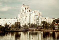 Wysoki wzrosta mieszkania dom na Svislach rzece Obraz Stock