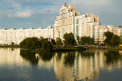 Wysoki wzrosta mieszkania dom na Svislach rzece Obrazy Stock