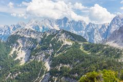 Wysokie śnieżne góry w Slovenia fotografia stock
