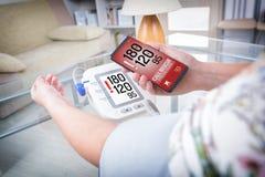 Wysokie ciśnienie krwi - dzwoniący dla pomocy z mądrze telefonem app Fotografia Royalty Free