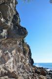 Wysokie falezy i skały wybrzeżem Zdjęcia Royalty Free