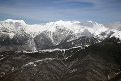 Wysokie góry przeciw niebieskiemu niebu wysokość 2320m fotografia stock