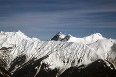Wysokie góry przeciw niebieskiemu niebu wysokość 2320m obraz royalty free