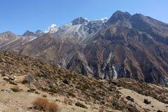 Wysokie góry w niebieskim niebie Fotografia Stock
