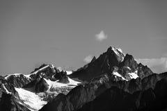 Wysokie góry z śniegiem przy latem Fotografia Royalty Free