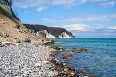Wysokie kredowe falezy przy wybrzeżem Rugen wyspa Niemcy Obraz Stock