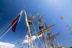 WYSOKIE statek rasy KOTKA 2017 Kotka, Finlandia 16 07 2017 Maszty statek Shtandart w świetle słonecznym w porcie Kotka, Finlandia Zdjęcia Royalty Free