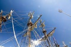 WYSOKIE statek rasy KOTKA 2017 Kotka, Finlandia 16 07 2017 Maszty statek Shtandart w świetle słonecznym w porcie Kotka, Finlandia Obrazy Royalty Free