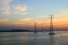 Wysokie woltaż elektryczności linie energetyczne zakłócali przez oceanów wi zdjęcie stock