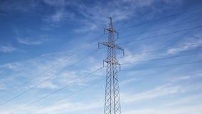 Wysokie woltaż linie energetyczne i elektryczność pilon na chmurnego nieba tle, czasu upływ zbiory wideo
