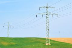 Wysokie woltaż linie energetyczne, pola i Obrazy Stock