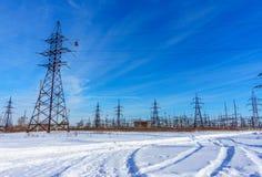 Wysokie woltaż linie energetyczne przy niebieskim niebem Elektryczności dystrybuci stacja Obraz Royalty Free