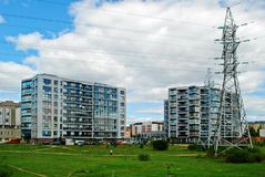 Wysokie woltaż linie energetyczne w mieście Zdjęcia Royalty Free