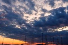 Wysokie woltażu przekazu linie z burzowym niebem Zdjęcie Royalty Free
