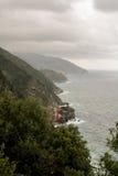 Wysokie zalesione góry i burzowy morze Zdjęcie Royalty Free