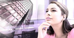 Wysokiego budynku i kobiety główkowanie w biurowym pokoju konferencyjnym Obrazy Stock