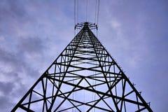 Wysokiego elektryczność pilonu wiodący wysoki elektryczny prąd Obrazy Royalty Free
