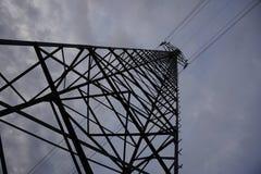 Wysokiego elektryczność pilonu wiodący wysoki elektryczny prąd Fotografia Stock