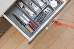 Wysokiego kąta odgórny widok cropped fotografię kobiety ręki otwarci kuchenni bębeny fotografia stock