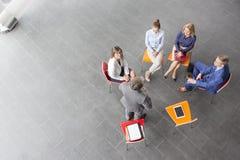 Wysokiego kąta widok biznesmena planowanie z kolegami przy biurem podczas spotkania zdjęcia stock