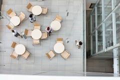 Wysokiego kąta widok bizneswomany chodzi przy biurową bakłaszką zdjęcia royalty free